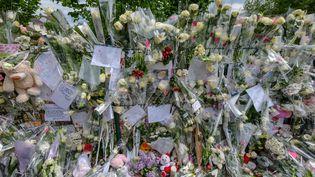 Des fleurs déposées en hommage à Angélique après une marche blanche, le 1er mai 2018 à Wambrechies (Nord). (THIERRY THOREL / AFP)