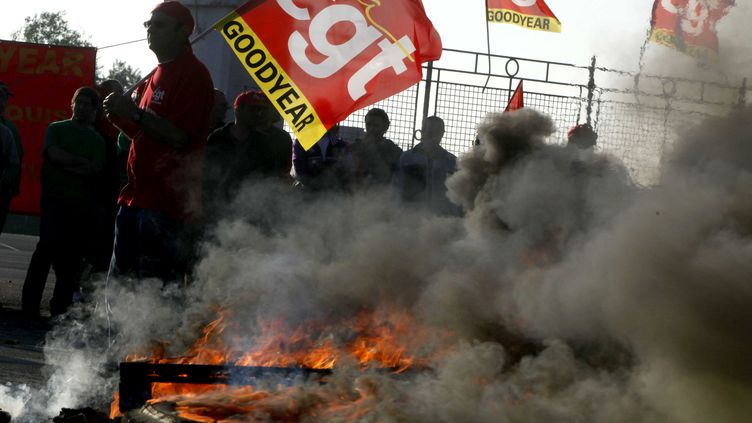 Des salariés de Goodyear manifestent devant leur usine d'Amiens (Somme), le 2 juin 2009. (BAZIZ CHIBANE / SIPA)