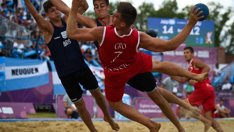 13 octobre 2018. Jeux olympiques de la Jeunesse. A Buenos AIres en Argentine, match de beach handball avec un tir du croate Ivan Hancic, au parc Sarmiento. (MARCELO ENDELLI / GETTY IMAGES SOUTH AMERICA)