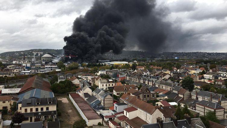 L'incendie dans une usine laisse échapper une épaisse fumée noire à Rouen, le 26 septembre 2019. (FRANCE TELEVISIONS)