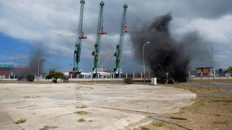 Les manifestants ont mis feu à des pneus pour empêcher l'accès au port Automne, à Nouméa, en Nouvelle-Calédonie, le 7 décembre 2020. (THEO ROUBY / HANS LUCAS / AFP)