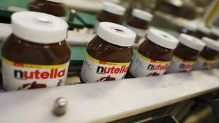 Des pots de Nutella sur une chaîne de production de l'usine Ferrero France de Villers-Escale (Seine-Maritime), le 12 janvier 2018. (CHARLY TRIBALLEAU / AFP)