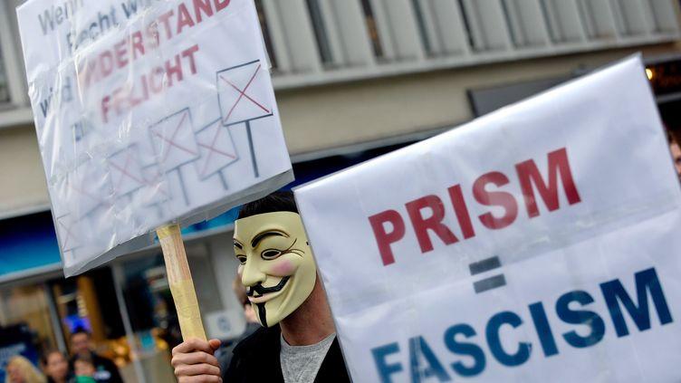 Un homme manifeste contre le programme de surveillance américain Prism, le 29 juin 2013 à Hanovre (Allemagne). (PETER STEFFEN / DPA / AFP)