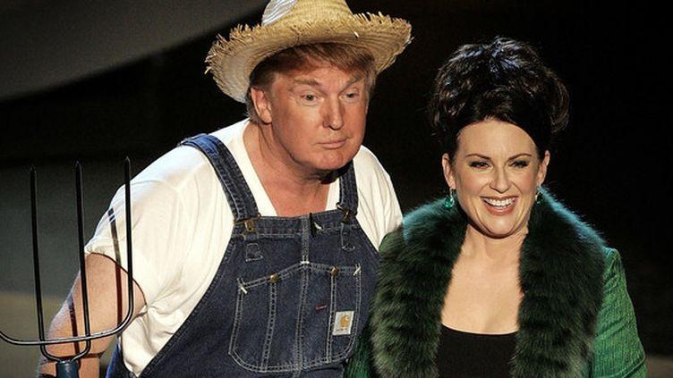 Donald Trump et Megan Mullally lors de la 57e cérémonie des Amy Awards en 2005. (VINCE BUCCI / Getty Images North America / AFP)