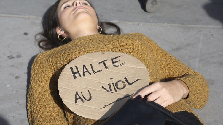 """Une militante du collectif #Noustoutes avec une pancarte """"Halte au viol"""", pendant une mobilisation à Paris le 29 septembre dernier. (ZAKARIA ABDELKAFI / AFP)"""