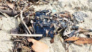 Un résidu de pétrole échoué sur la plage de Pampelonne, à Ramatuelle (Var), jeudi 18 octobre 2018. (MAXPPP)