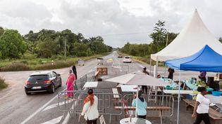 Barrage à Kourou (Guyane) le 25 mars 2017. (JODY AMIET / AFP)