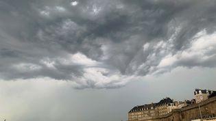 Un orage menace de s'abattre à Saint-Malo (Ille-et-Vilaine), le 12 août 2020. (SANDRINE MULAS / HANS LUCAS / AFP)