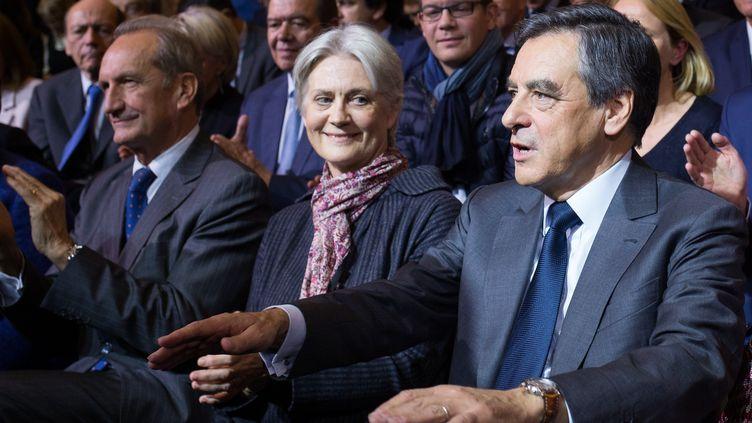 François Fillon et sa femme, Pénélope Fillon, assistent à un meeting à Paris, le 25 novembre 2016, avant le second tour de la primaire de la droite. (IRINA KALASHNIKOVA / SPUTNIK / AFP)