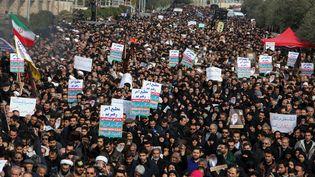 Des dizaines de milliers de personnes ont manifesté à Téhéran, le 3 janvier 2020, pour dénoncer la mort du général Qassem Soleimani. (ATTA KENARE / AFP)