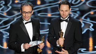 Laurent Witz (à gauche) et Alexandre Espigares, le 2 mars 2014 lors de la cérémonie des Oscars, à Hollywood (Etats-Unis). (KEVIN WINTER / GETTY IMAGES NORTH AMERICA)