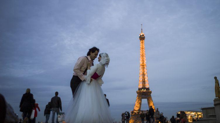 Un couple égyptien s'embrasse devant la Tour Eiffel, le 29 octobre 2012 à Paris. (FRED DUFOUR / AFP)