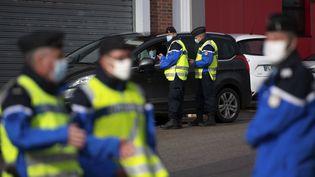 Des gendarmes procèdent à des contrôles routiers à Guer (Morbihan), le 29 septembre 2020. (LOIC VENANCE / AFP)