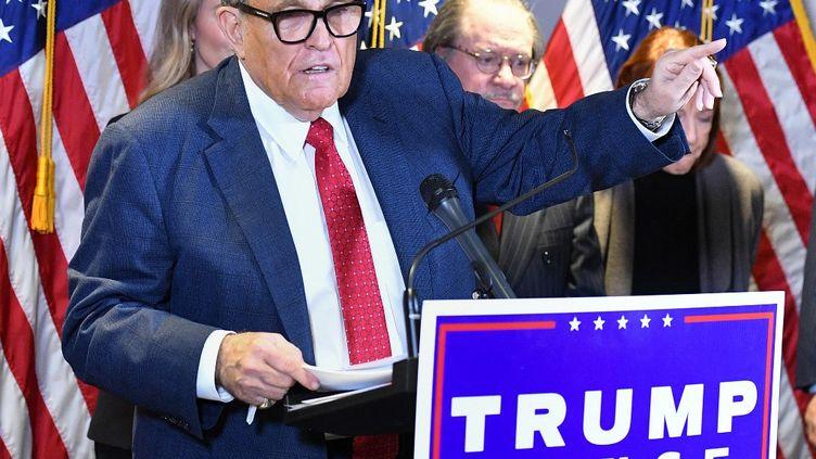 L'avocat de Donald Trump, Rudy Giuliani, lors d'une conférence de presse au siège du Parti républicain, à Washington (Etats-Unis), le 19 novembre 2020. (MANDEL NGAN / AFP)