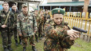 Un élève de l'écoleGeneral Yermolov Cadet s'entraîne au maniement des armes àSengileyevskoye (Russie), le 13 avril 2014. Cette école intègre au programme classique un enseignement militaire et patriote/ (EDUARD KOMIYENKO / REUTERS)