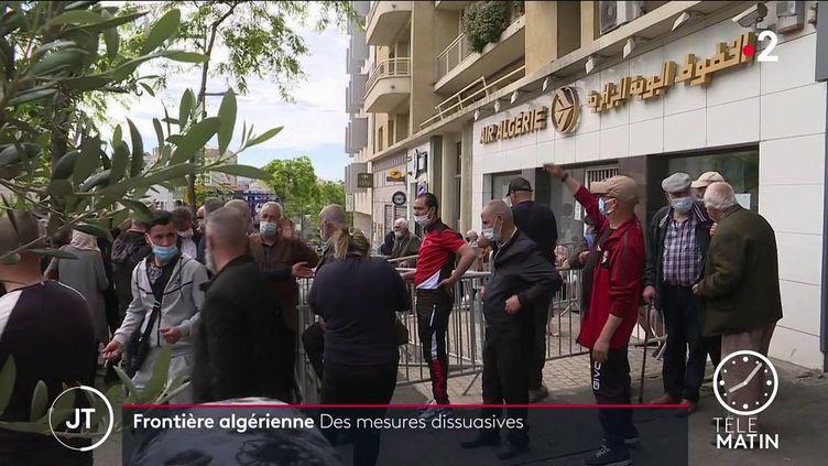 Des manifestants devant l'agence d'Air Algérie à Marseille (France 2)