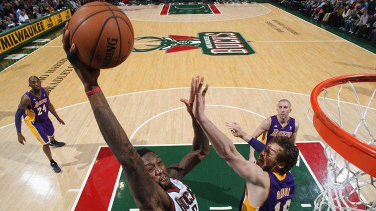 Larry Sanders des Milwaukee Bucks tente un dunk face à Pau Gasol des Lakers (GARY DINEEN / NBAE / GETTY IMAGES)