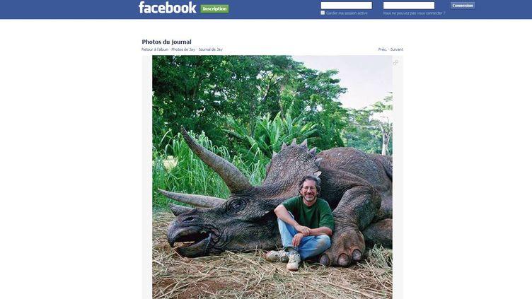 """Une capture d'écran du compte Facebook de Jay Branscomb, montrant une photo de Steven Spielberg, assis devant une marionnette de triceratops, lors du tournage de """"Jurassic Park"""" en 1993. (FACEBOOK)"""