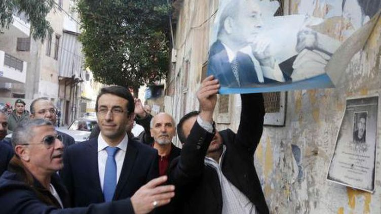 Le gouverneur de Beyrouth supervise la destruction de portaits politiques dans les rues de la capitale libanaise. (Reuters Mohamed Azakir)
