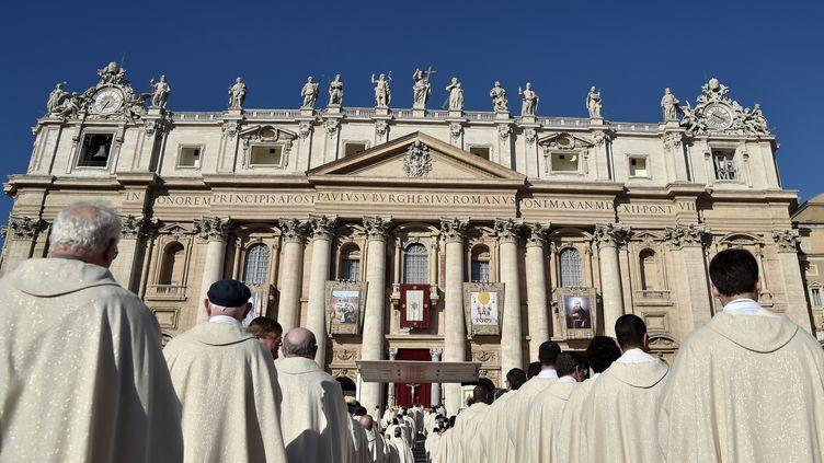 Des responsables religieux devant labasilique Saint-Pierre du Vatican, le 15 octobre 2017. (TIZIANA FABI / AFP)