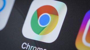 Le logo de Google Chrome sur un téléphone, le 4 avril 2020, à Varsovie (Pologne). (JAAP ARRIENS / NURPHOTO /  AFP)