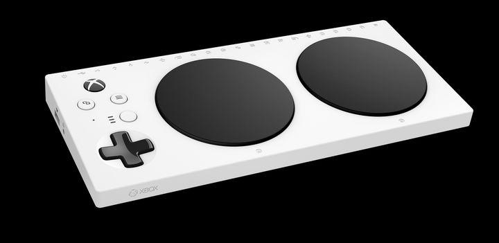 La Xbox Adaptive Controller sert de support au branchement de plusieurs accessoires adaptés à chaque cas. (XBOX)