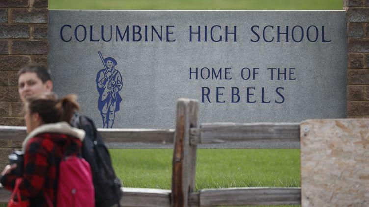 Des élèves quittent le lycée de Columbine dans le Colorado, le 16 avril 2019.  (DAVID ZALUBOWSKI/AP/SIPA / AP)