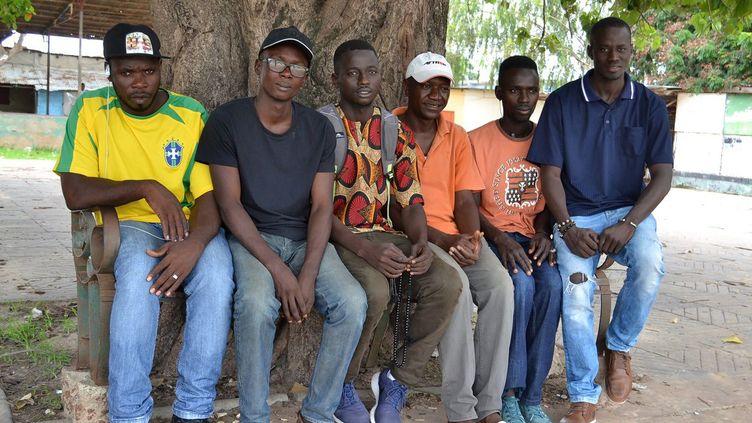 La Gambie, le plus petit pays d'Afrique continentale, a le plus haut taux de migrants traversant la Méditerranée par habitant, selon les chiffres de l'Organisation internationale pour les migrations (OIM). De retour à Banjul depuis quelques mois, Karamo Keita a fondé, avec d'autres migrants, victimes comme lui de terribles abus pendant leur périple à travers le Sahara, une association pour réclamer aux nouvelles autorités la création d'emplois en Gambie. Le président Adama Barrow, qui fut lui-même agent de sécurité à Londres, a fait de la création d'emplois pour les jeunes une priorité, alors que l'économie gambienne ne décolle pas. (LAMIN KANTEH / AFP)