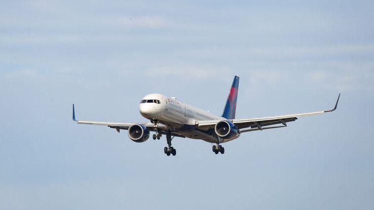UnBoeing 757-200 en descente vers l'aéroportJohn F. Kennedy à New York, aux Etats-Unis, le 2 février 2021. (NICOLAS ECONOMOU / NURPHOTO / AFP)