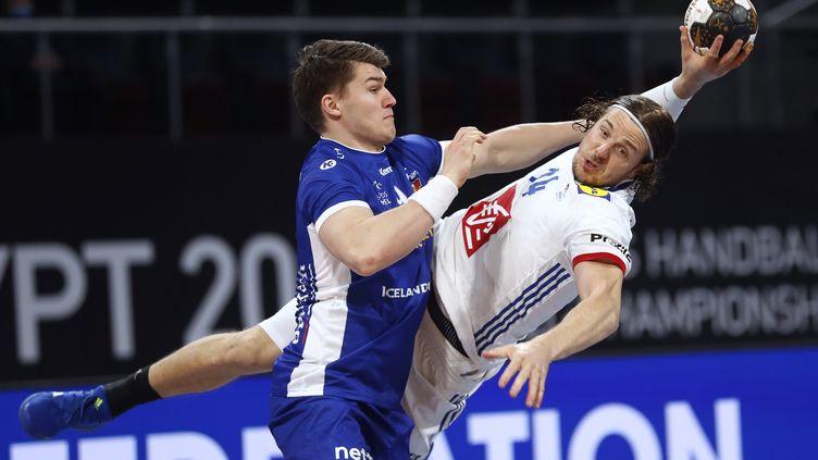 Kentin Mahé (à droite) au duel avec l'Islandais Elvar Jonsson. (PETR DAVID JOSEK / POOL)