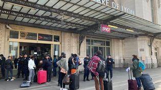 Des voyageurs attendent un train pour quitter le confinement à Paris, le 20 mars 2020. (NICOLAS MAVIEL / MAXPPP)