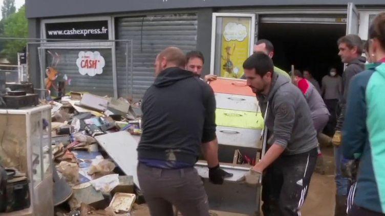 Un quartier d'Orthez, dans les Pyrénées-Atlantiques, a été inondé après de violents orages et de fortes pluies tombées samedi 25 avril. Le département reste placé en vigilance jaune dimanche, en raison du risque d'orages. (France 3)
