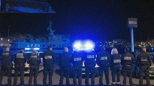 Des policiers manifestent sur le Vieux-Port de Marseille (Bouches-du-Rhône), le 19 octobre 2016. (BORIS HORVAT / AFP)
