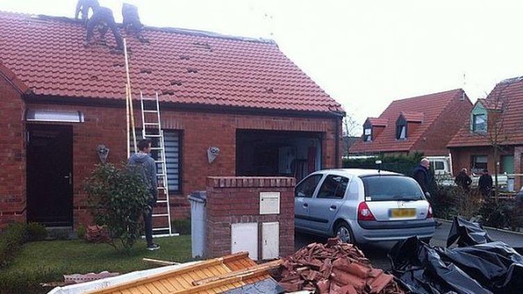 Les habitants d'un quartier pavillonnaire d'Halluin (Nord) réparent les dégâts causés par ce qui ressemble à une tornade, le 26 janvier 2014. (LAURENT NAVEZ / FRANCE 3 NORD PAS DE CALAIS)