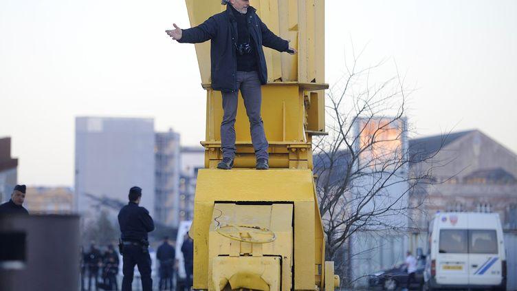 Serge Charnay est descendu de la grue où il s'était retranché durant quatre jours et trois nuits, àNantes (Loire-Atlantique), le 18 février 2013. (JEAN-SEBASTIEN EVRARD / AFP)