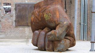 """Iron Fist"", de Liu Bolin (2008)  (Galerie Paris-Beijing)"