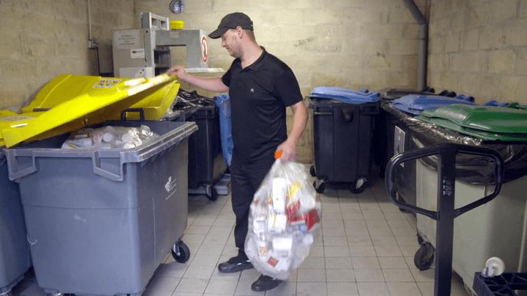 """Tri sélectif : quand """"Envoyé spécial"""" fait les poubelles des fast-foods (ENVOYÉ SPÉCIAL  / FRANCE 2)"""