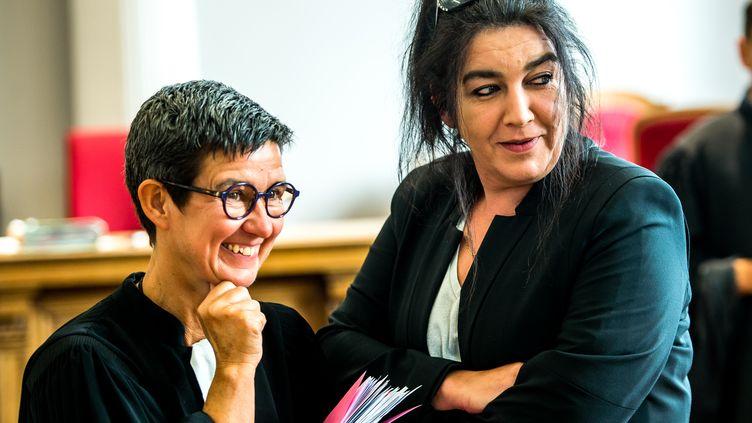 Béatrice Huret et son avocate Marie-Hélène Calonne,eu tribunal de Boulogne-sur-Mer, le 27 juin 2017. (PHILIPPE HUGUEN / AFP)