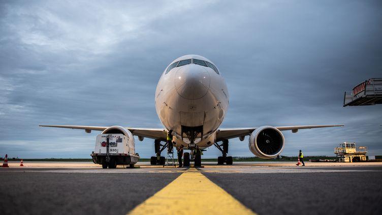 Un Boeing 777 d'Air France à l'aéroport Roissy-Charles de Gaulle, à Paris, le 29 octobre 2019. (MARTIN BUREAU / AFP)
