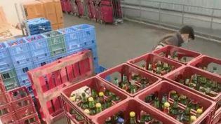 Le système de la consigne fait son grand retour en France. Elle rencontre un vif succès, notamment en Alsace où le recyclage des bouteilles en verre s'est généralisé dans de nombreux magasins. De leur côté, les habitants jouent volontiers le jeu. (FRANCE 2)