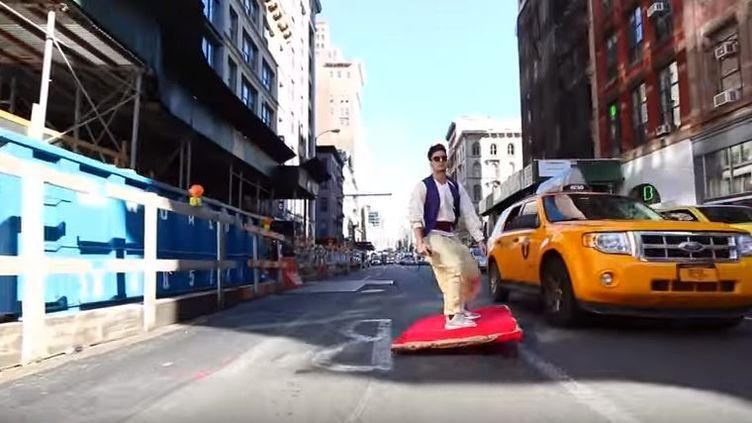 """Capture d'écran d'""""Aladin"""" sur son """"tapis volant"""" dans les rues de New York (Etats-Unis) le 26 octobre 2015 (PRANKVSPRANK / YOUTUBE   )"""