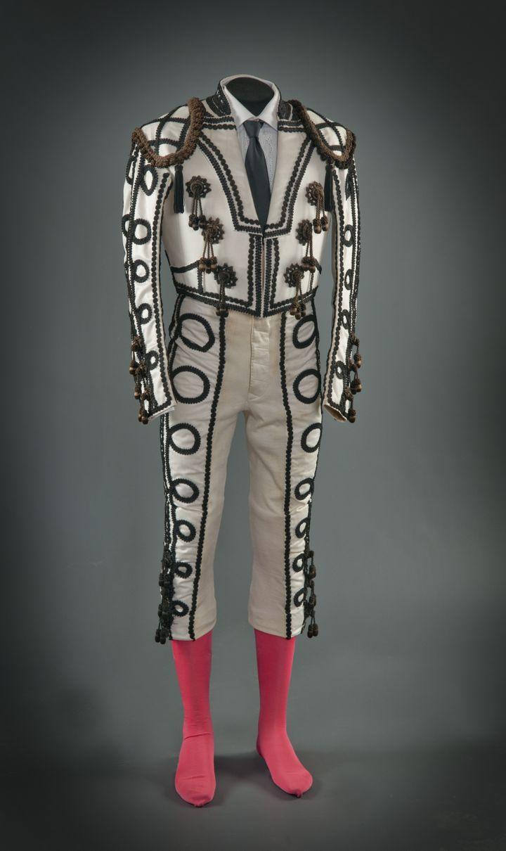 Sastrería de toreros Santiago Pelayo- Costume goyesque d'Antonio Ordóñez- 1973 - Satin blanc, brodé de noir et marron, coton, métal (Ronda, Museo Taurino de la Real Maestranza de Caballería)