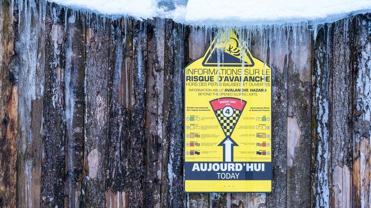 Un panneau informant sur les risques d'avalanche, le 13 janvier 2021, dans la station de ski des Mourtis (Haute-Garonne). (ADRIEN NOWAK / HANS LUCAS / AFP)