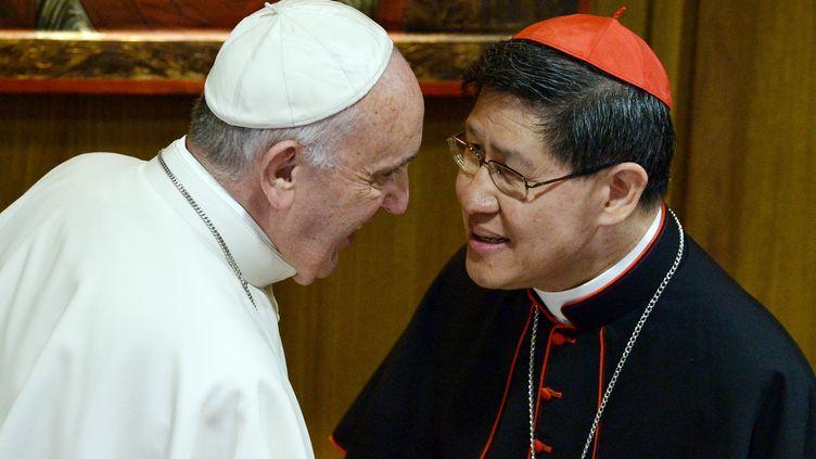 Le cardinalLuis Tagle avec le pape François, le 4 octobre 20154 au Vatican. (TIZIANA FABI / AFP)