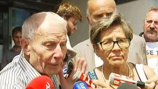 Les parents de Vincent Lambert, Pierre et Viviane Lambert, devant le CHU de Reims, le 23 juillet 2015. ( FRANCE 2)