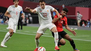 L'Espagnol Eric Garcia au duel avec l'Egyptien Ibrahim Adel lors du match Egypte - Espagne à Sapporo, le 22 juillet 2021. (ASANO IKKO / AFP)