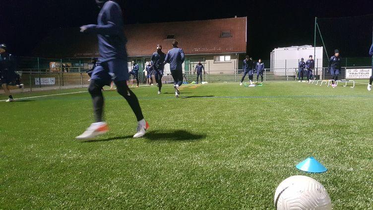 L'entraînement duFC Grandvillars se fait désormais au petit matin, pour respecter le couvre-feu de 18 heures. (WASSILLA GUITOUNE / RADIO FRANCE)