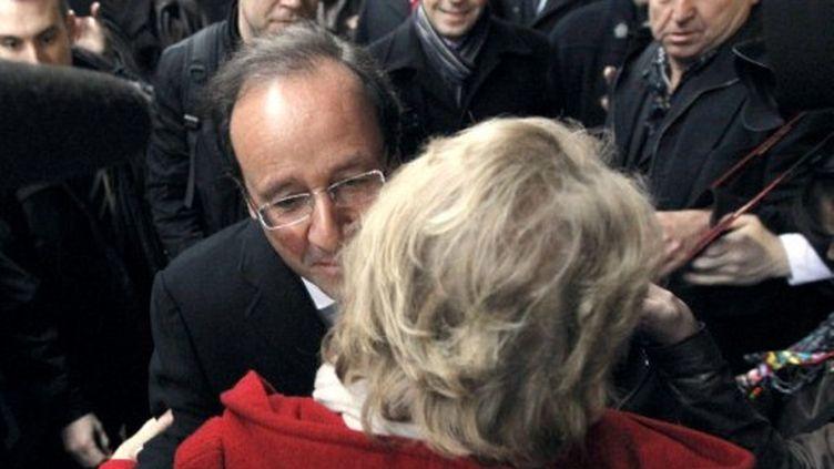 Hollande et Joly se font la bise en se croisant à Nantes (PATRICK KOVARIK / AFP)