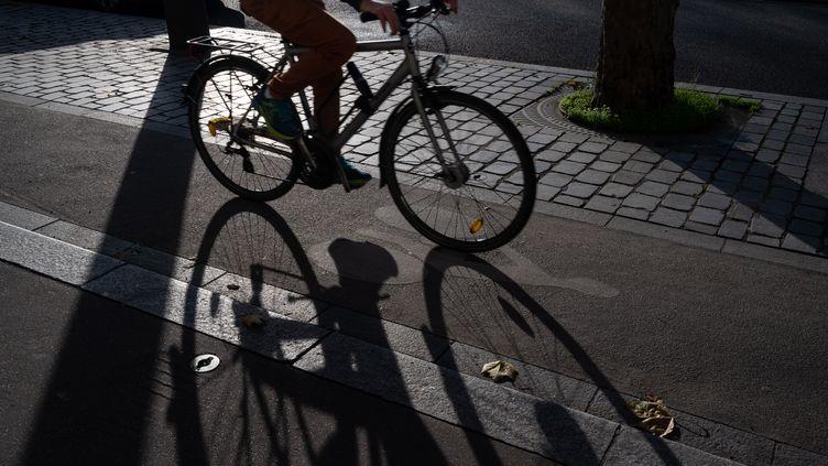 Un vélo sur une piste cyclable de Paris, le 20 décembre 2020. (RICCARDO MILANI / HANS LUCAS / AFP)