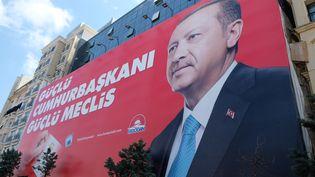 Une affiche du président turc, Recep Tayyip Erdogan, candidat à sa réélection, dans les rues d'Istabul le 21 juin 2018. (NATHANAËL CHARBONNIER / RADIO FRANCE)